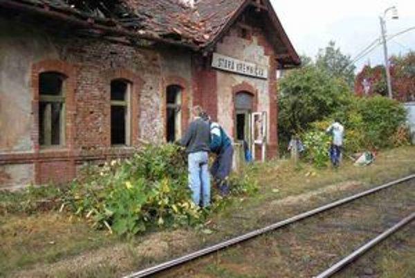 Okolie stanice čistia dobrovoľníci.