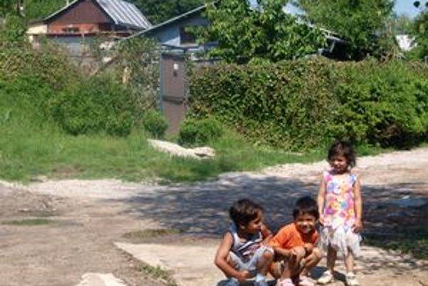 V osade žijú desiatky detí. Niektoré v lepších, iné v horších podmienkach.
