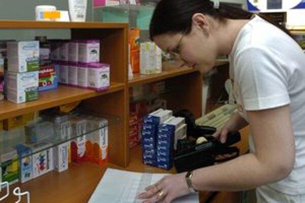 Náhradné doručovanie liekov zo Žiaru zabezpečuje po zatvorení jedinej kremnickej lekárne aj obec Nevoľné.