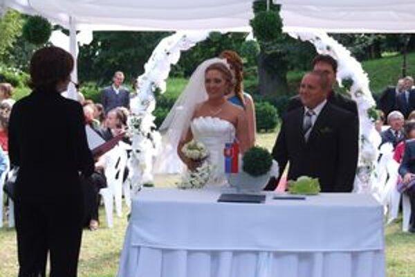 Novomanželia Magulovci. Absolvovali žiarsku premiéru svadobného obradu v Parku Štefana Moysesa.