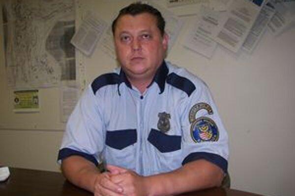 Vyzerá prísne, no zmysel pre humor mu nechýba. Náčelník mestských policajtov v Kremnici ľudí za priestupky trestá. Svojimi vtipnými novinovými správami ich naopak zabáva.