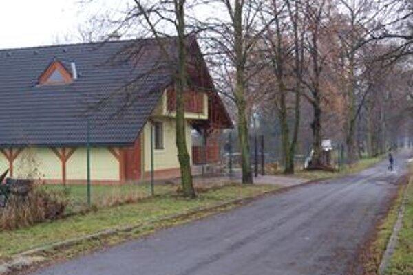 Dom namiesto letného bufetu na okraji parku je najznámejšiou čiernou stavbou v Žiari.