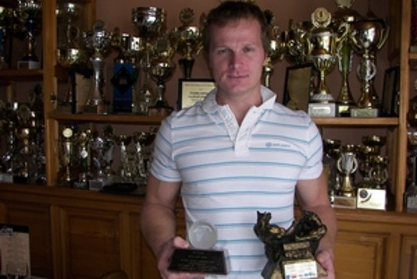 Radoslav Dobrovič s dvomi z mnohých cien (vľavo zo svetového šampionátu v roku 2000, vpravo zo svetového pohára vo Varšave v roku 2008).