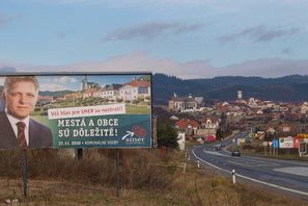 Na bilborde historická Kremnica, za ním historická Levoča na východe Slovenska.