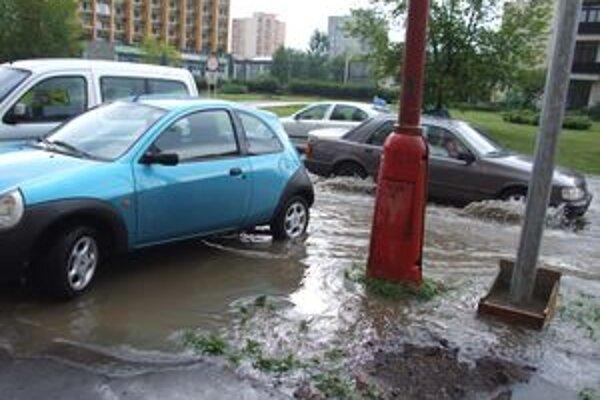 Ulicu znovu zaplavila voda. Mesto plánuje problém s cestou odstrániť ešte tento rok.