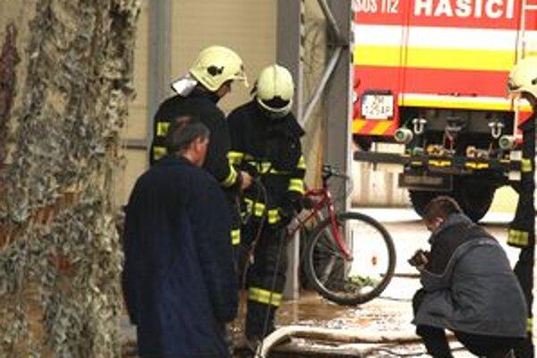 Vodu včera odčerpávali hasiči.