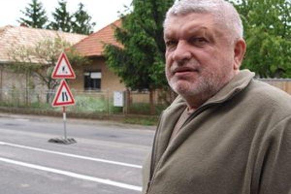 Dom Jančekovcov je od cesty vzdialený len niekoľko centimetrov.