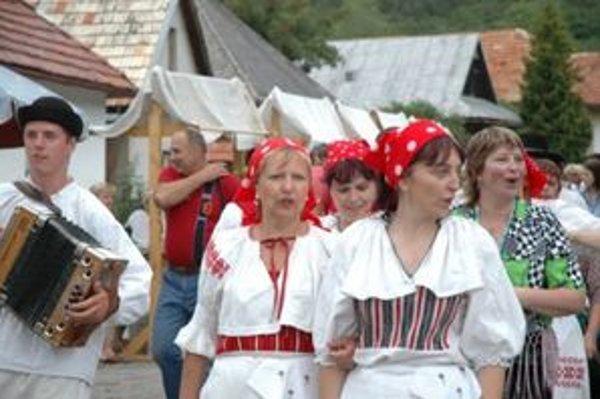 Obec chce cesty opraviť do 17. júla. Vtedy sa začnú tradičné folklórne slávnosti.