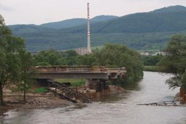K zrúteniu niekoľkotonového pomocného mosta došlo na rovnakom mieste ako v marci.