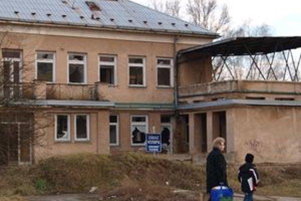 Budova bývalých jasieľ chátra niekoľko rokov bez využitia.