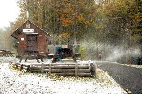 Na Skalke včera napadla prvá vrstva snehového poprašku, chatárov to nezaskočilo