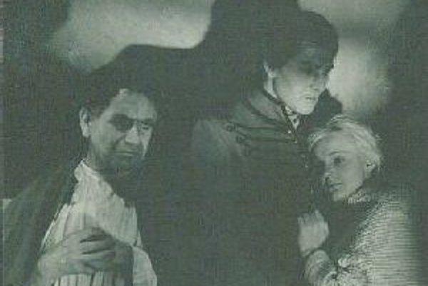 V Jánošíkovi stvárnil Samuel Adamčík postavu kňaza ( vľavo)