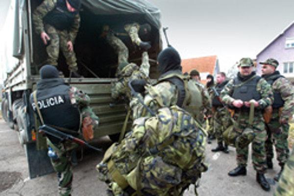 Situácia v ranných hodinách na námestí Žarnovice. Terén okolo Novej Bane prehľadávalo 500 policajtov špeciálnych jednotiek, radových policajtov a aj 5. pluku špeciálneho určenia zo Žiliny. Policajtom sa Róberta Petluša a Juraja Rozsíka podarilo nájsť v Pr