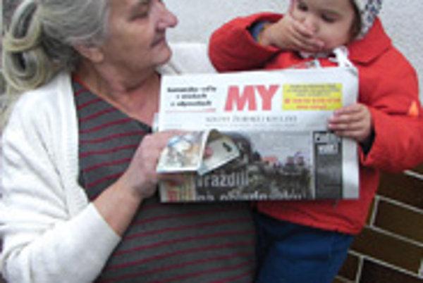 Malá Lívia ochotne podržala prababke noviny.