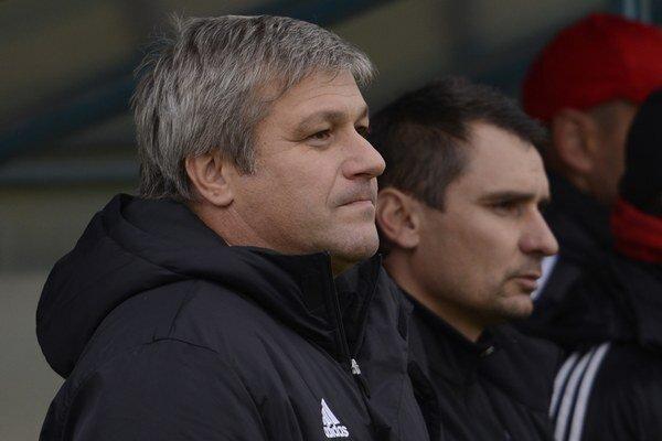 Ivan Hucko (vpravo asistent B. Mráz) svoich zverencov v poslednom zápase nespoznával.