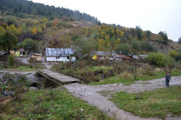 Jediný prístup do osady je po drevenej lávke cez potok.