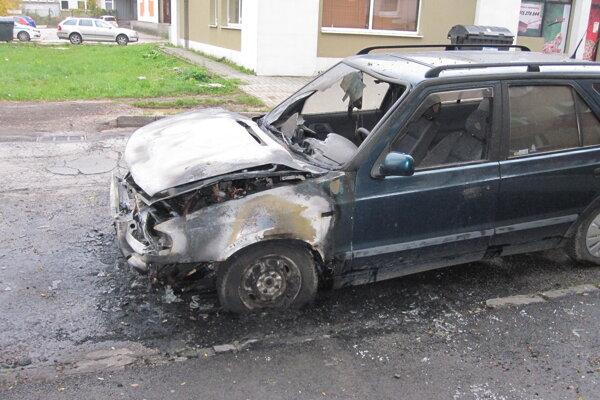 Zhorené auto v Prievidzi