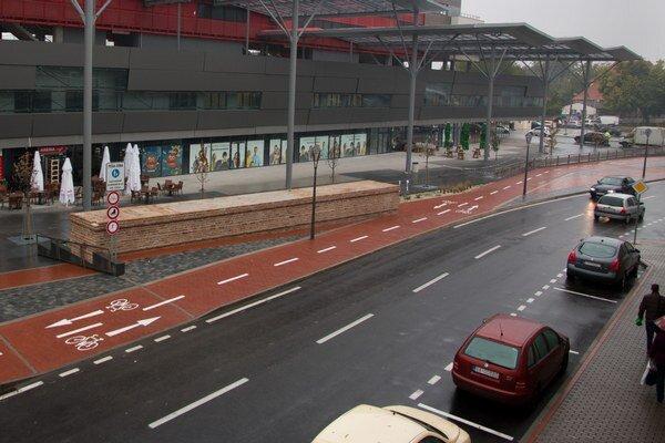 Opravená polovica ulice Dolné Bašty.