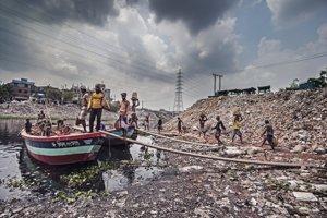 Tí, čo triedia odpadky, už ani nevnímajú šialený smrad, ktorý sa valí z páchnucej rieky Buriganga.