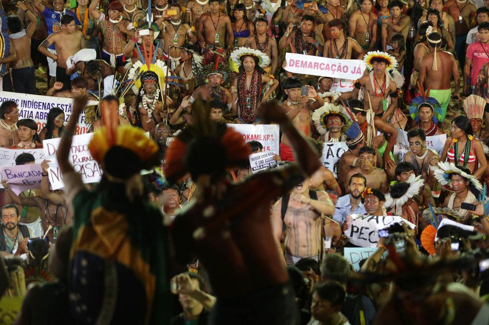 Hry prerušili protesty proti zákonu, ktorý môže ohroziť domorodé kmene.