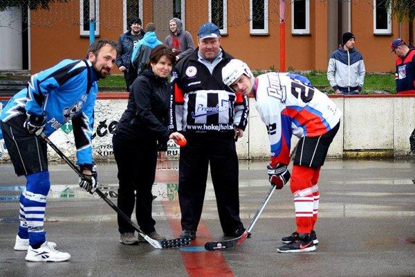 """Úvodné buly """"výjazdového kola"""" KHL vhodila starostka obce Skalité Andrea Šimurdová."""
