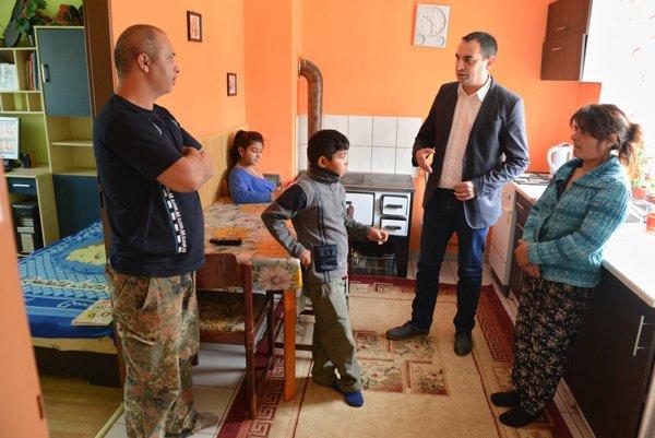Rodina Moskáľová v novom byte v Breznici.