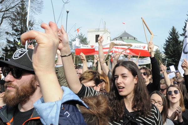 Ľudia vo Varšave protestujú proti možnému sprísneniu zákona o interrupciách.