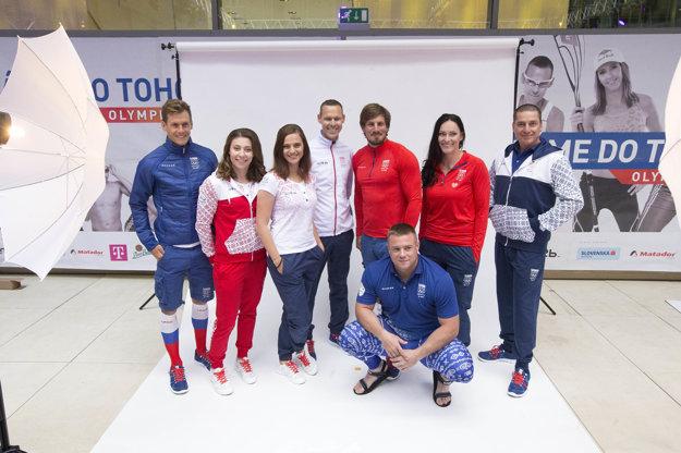 Slovenskí olympionici - zľava Richard Varga, Barbora Mokošová, Danka Barteková, Matej Tóth, Peter Gelle, Martina Hrašnová, Erik Varga, dole Marcel Lomnický.
