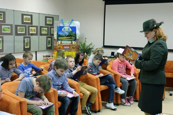 Lesná pedagogička v knižnici deťom rozprávala o lese.