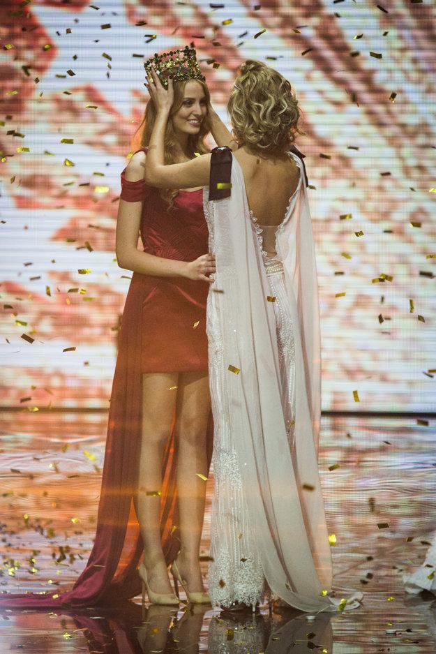 Banskobystričanka Lujza Straková odovzdáva korunky novej Miss Slovensko Kristíne Činčurovej