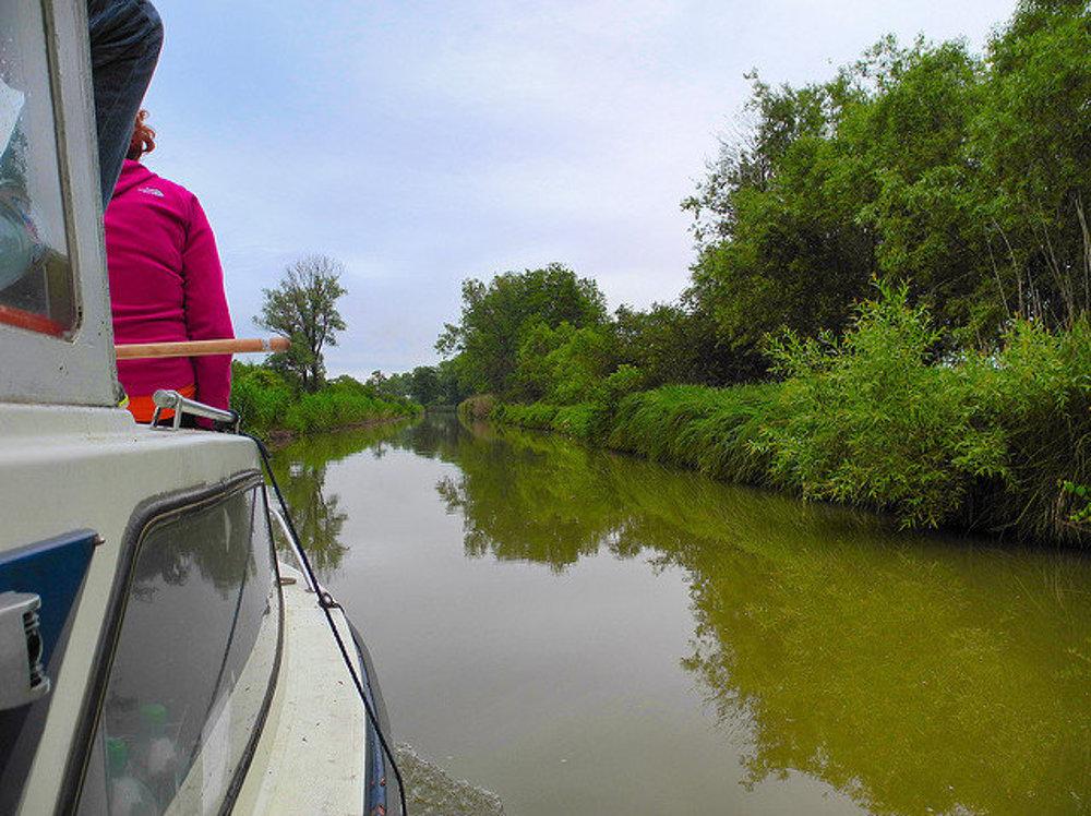 Pokojná plavba po Baťovom kanáli.