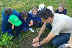 Sadenie stromčekov pri Základnej škole v Novej Bošáci.