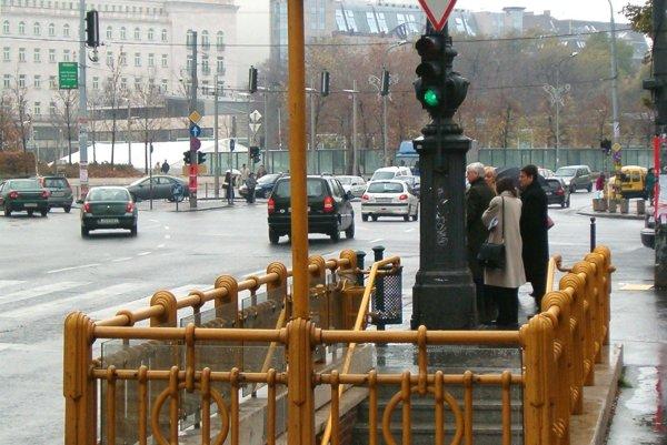 Vstup do metra na zastávke Bajcsy-Zsilinszky út, v smere na Vörösmartyho námestie.