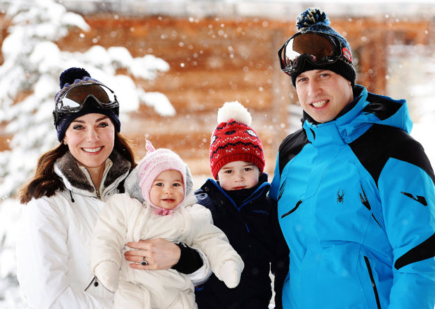 Britský pár s deťmi počas zimnej dovolenky