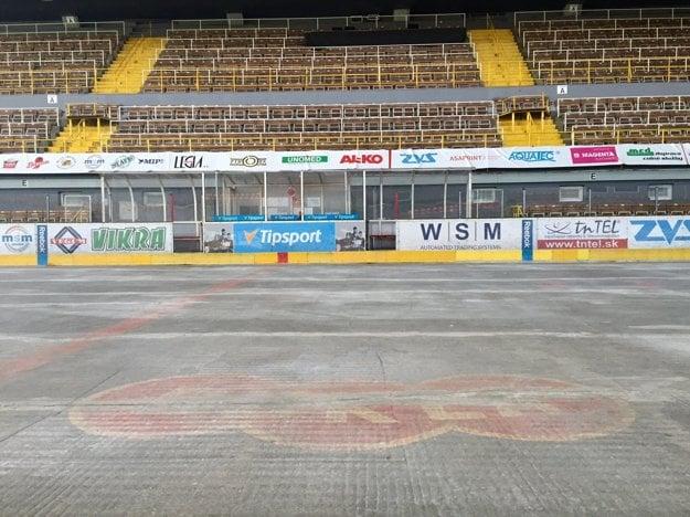 Zimný štadión Pavla Demitru v Trenčíne je bez ľadu.