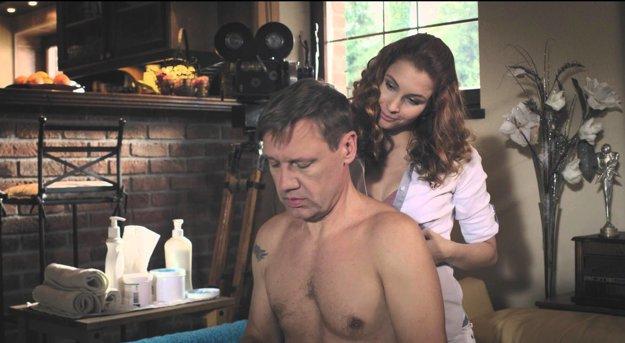 Trochu zostarol aj režisér Kendy (David Matásek), v novom filme ho trápi seknutý chrbát.