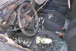 Zničený interiér škodovky.