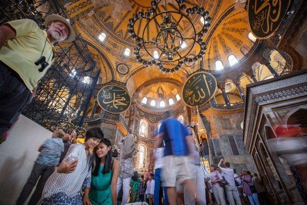 Hagia Sofia spája kresťanské a moslimské motívy. Chodia sem ľudia oboch náboženstiev.