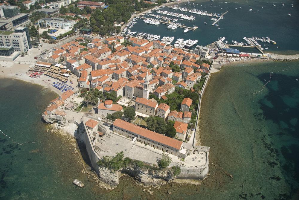 Budva je turistickým centrom Čiernej Hory vďaka množstvu pláží vo svojom okolí.