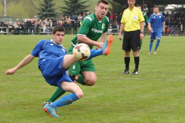 Futbalisti Chlebníc (v modrých dresoch) sa prezentovali v Jasenici pozornou defenzívou.