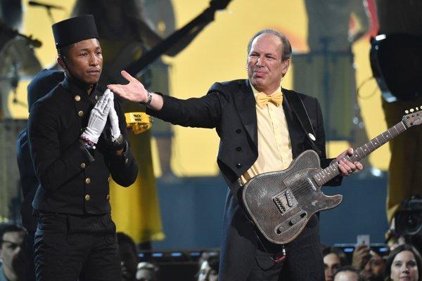 Los Angeles - Hans Zimmer (v strede) a Pharell Williams počas vystúpenia na 57. udeľovaní hudobných cien Grammy v americkom Los Angeles 8. februára 2015.