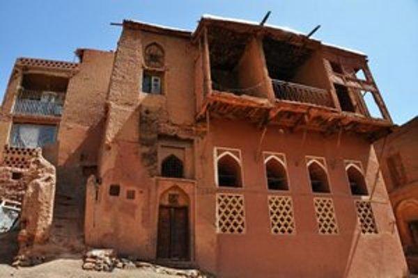 Vyčnievajúce balkóny sú typickou črtou domov v Abyaneh.