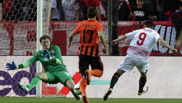 Hráč Sevilly Kevin Gameiro (vpravo) strieľa úvodný gól do bránky Šachtaru.