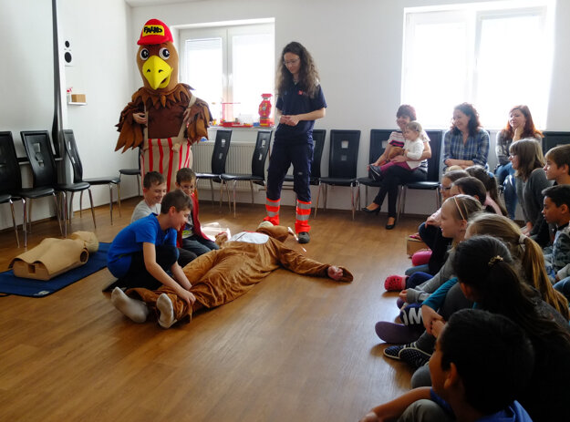 Deti vyučujú, čo robiť v krízovej situácii, hravou formou.