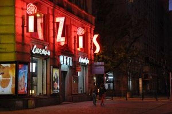 Pôvodný neón sa zachoval na budove Ústave lekárskej kozmetiky IZIS na Marszalkowskej triede vo Varšave.