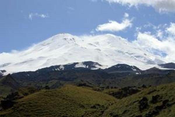 Dvojvrchol Elbrusu zo severnej strany. Hora si vytvára vlastné počasie.