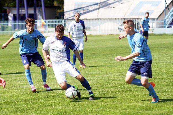 Rezerva otočila zápas sKalnou n/Hr. apredbehla ju vtabuľke. V popredí zľava A. Barborík, Chmelo a L. Hnilica.