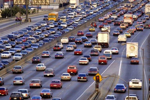 Premávka na diaľnici v meste Kansas City v americkom štáte Missouri