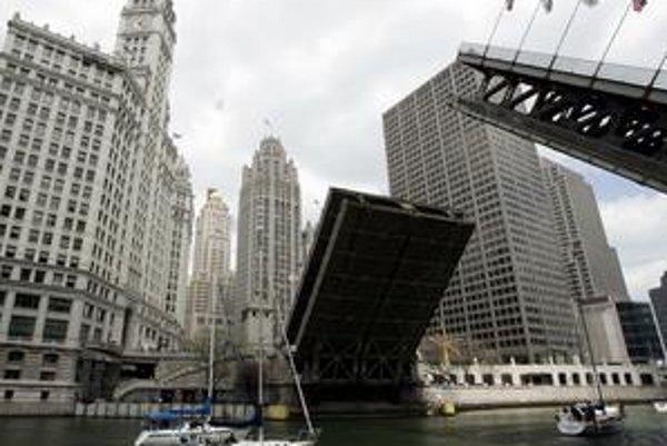 Lode pod zdvíhacím mostom na Michigan Avenue.
