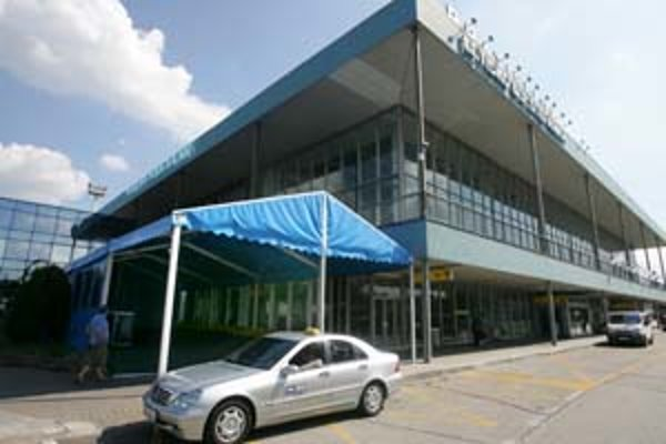 V dôsledku nedostatočnej kapacity muselo letisko tento rok v lete rozšíriť odletovú halu o stan, kde vybavovali cestujúcich.